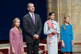 Letizia di Spagna a fiori con le figlie in coordinato: Leonor e Sofia imitano lo stile della mamma