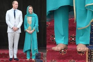 Kate Middleton scalza in Pakistan, rivela lo smalto rosso ma non rinuncia alle calze color carne
