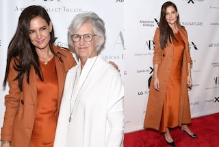 Katie Holmes in arancione e con le extension: calca il red carpet con mamma Kathleen