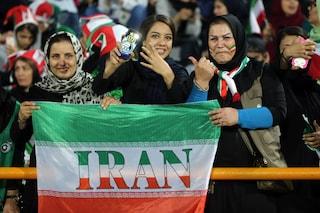 Dopo 40 anni di divieto le donne iraniane tornano allo stadio, la tribuna sembra una gabbia