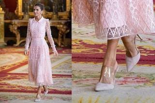 Letizia di Spagna in rosa è regina di stile, lancia il trend dei sabot con la fascia trasparente