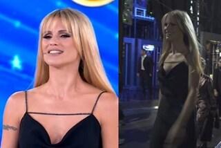 Michelle Hunziker debutta ad Amici Celebrities in nero: look con pantaloni e dettagli scintillanti