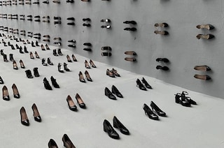 Un muro di 880 scarpe per combattere la violenza, ogni paia simboleggia una donna uccisa dal partner