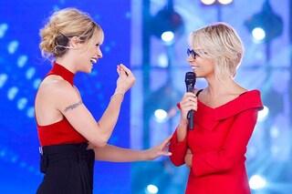 Maria De Filippi torna ad Amici Celebrities e sfida Michelle Hunziker a colpi di rosso