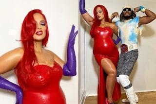 Ashley Graham con i capelli rossi, per Halloween si trasforma in Jessica Rabbit ma col pancione