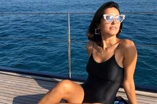 Caterina Balivo, il ritorno al mare con il costume nero e gli occhiali da diva