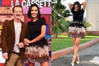 Caterina Balivo con le piume a Vieni da me, la minigonna sfumata è la più trendy dell'autunno 2019
