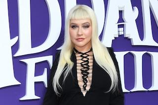 Christina Aguilera irriconoscibile, il nuovo look con mini frangia è ispirato alla famiglia Addams