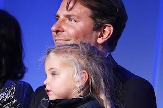 Bradley Cooper con la figlia in pubblico, Lea De Seine è identica a Irina Shayk e veste low-cost
