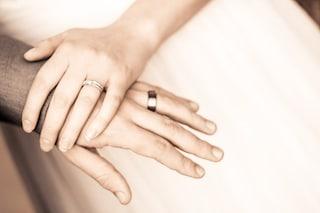 Sposa la fidanzata mentre il cancro lo lascia in fin di vita, sono stati gli amici a pagare le nozze