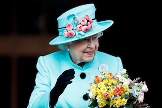 I segreti dell'armadio della regina Elisabetta II, dagli ombrelli trasparenti agli abiti colorati