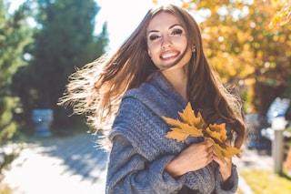 Caduta dei capelli in autunno: perché succede e i consigli per rinforzare la chioma