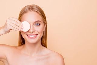 Come struccare gli occhi: i movimenti corretti per eliminare il trucco delicatamente