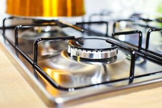 Come pulire il piano cottura: i rimedi efficaci anche per fornelli e griglie