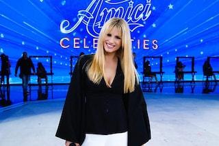 La finale di Amici Celebrities: Michelle Hunziker sceglie il bianco e nero sul palco