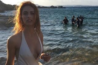 Miriam Leone in costume e con i capelli spettinati: la foto sexy infiamma i social