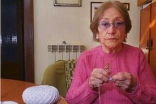 Crea cuffiette per neonati lavorando a maglia: a 90 anni Pina aiuta così i bambini bisognosi