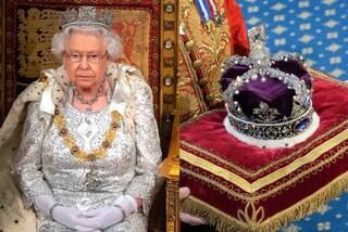 La regina Elisabetta II non indossa la corona imperiale: è la prima volta che infrange l'etichetta
