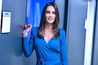 Silvia Toffanin a Verissimo: spopola l'abito wrap col dettaglio plissè e la maxi scollatura