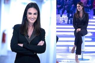 Silvia Toffanin con la tuta tailleur a Verissimo, il look è nero ma le scarpe sono scintillanti