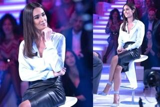 Silvia Toffanin cambia stile, a Verissimo in versione rock con la gonna di pelle