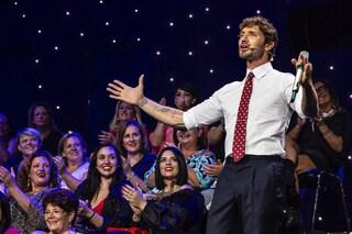 """Stefano De Martino a """"Stasera tutto è possibile"""" veste sempre uguale (a cambiare è solo la cravatta)"""