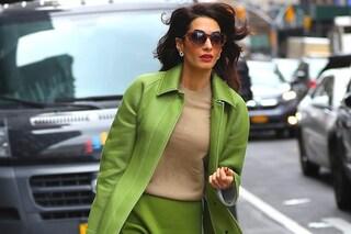 Il cappotto quest'autunno è uguale alla gonna: Amal Clooney lancia il trend per la stagione fredda