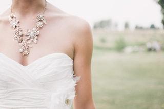 """Per un anno non compra vestiti, indossa solo l'abito da sposa delle sue nozze: """"È una scelta etica"""""""