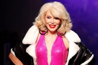 Amanda Lear, gli 80 anni di un'icona di stile che ha rivoluzionato la moda col fascino androgino