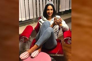 """Caterina Balivo in corona a babbucce ricorda alle donne: """"Siamo tutte regine"""""""