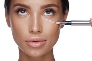 Come eliminare le occhiaie con il trucco: i consigli per coprirle al meglio con il makeup