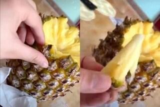 Come sbucciare l'ananas con le mani, il trucco virale per evitare gli sprechi