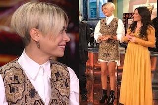 Elodie a Che Tempo Che Fa lancia il trend dell'inverno: il mini abito si porta con la camicia bianca