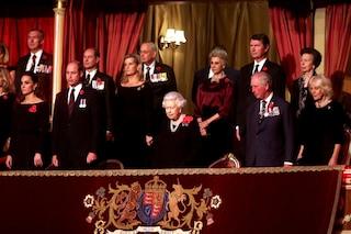 Harry e Meghan tagliati dalla foto ufficiale: al fianco della regina ci sono solo William e Kate