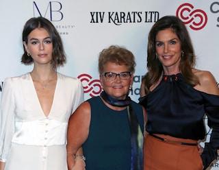 "Cindy Crawford e Kaia Gerber, red carper ""di famiglia"": così presentano la bellissima nonna Jennifer"