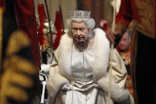 La regina Elisabetta II non indosserà più pellicce: la svolta ambientalista della Royal Family