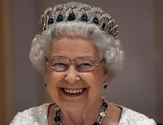 La regina Elisabetta II infrange il protocollo, la foto (segreta) in cui assume la posa vietata