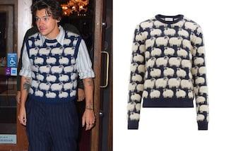 Harry Styles indossa il gilet di lana con le pecore: i maglioni granny sono il trend dell'inverno