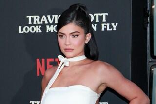 Kylie Jenner vende metà della sua azienda di cosmetici per quasi 550 milioni di euro