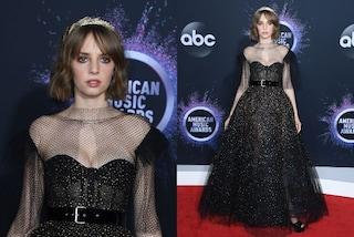 Maya Hawke come una principessa agli AMA's: sfila sul red carpet con un abito scintillante