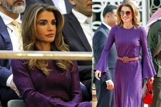 Rania di Giordania in rosso e viola: il color block è l'abbinamento più trendy dell'autunno 2019