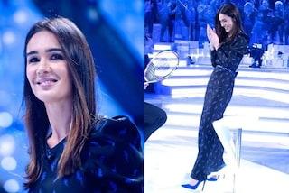 Silvia Toffanin a Verissimo osa col blu cobalto: l'abito stampato è coordinato alle scarpe col tacco