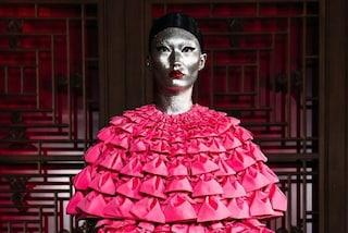 Valentino, a Pechino sfilano le modelle imperatrici con visi d'argento e maschere di cristallo