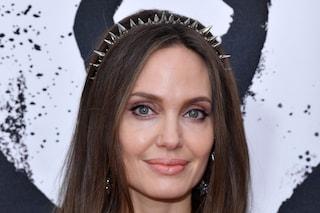 Angelina Jolie posa nuda, la bellezza di una donna che non ha paura di parlare delle sue cicatrici