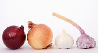 Come togliere l'odore di aglio e cipolla dalle mani: i rimedi efficaci per eliminarlo
