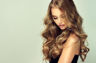 Come asciugare i capelli mossi: con o senza diffusore per onde morbide e definite