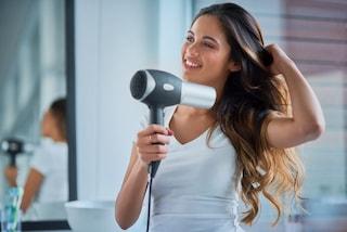 Come asciugare i capelli velocemente: 5 trucchi e consigli
