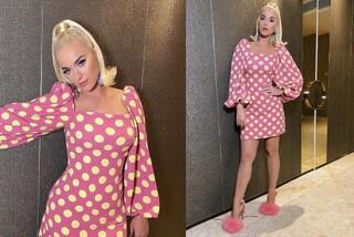Katy Perry a pois e con le scarpe pelose: il look rosa da Barbie è il più originale dell'autunno