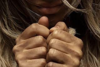 Oltre la violenza: la vita di una donna è un labirinto di libertà negate