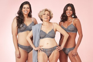 A 79 anni posa in lingerie, Helena è designer di una linea di intimo per donne mature